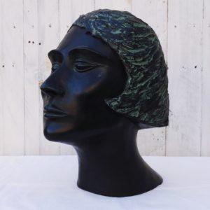 Tête de femme en plâtre sculpté et peint, d'époque art déco. Très beau travail de précision sur les cheveux créant l'illusion du mouvement, finesse des traits du visage et délicatesse du cou lui conférant un port de tête altie