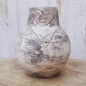 vase en céramique anthropomorphe à décor scarifié