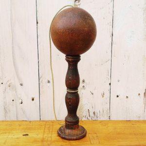 Bilboquet en bois tourné datant du XIX ème siècle. On peut y jouer de deux façons : d'un coté la boule doit entrer dans le piton et de l'autre coté la boule doit se poser sur la base incurvée.