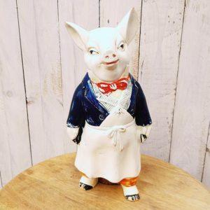 Pot à pourboire représentant un cochon boucher ou charcutier datant des années 60, en terre cuite peinte.