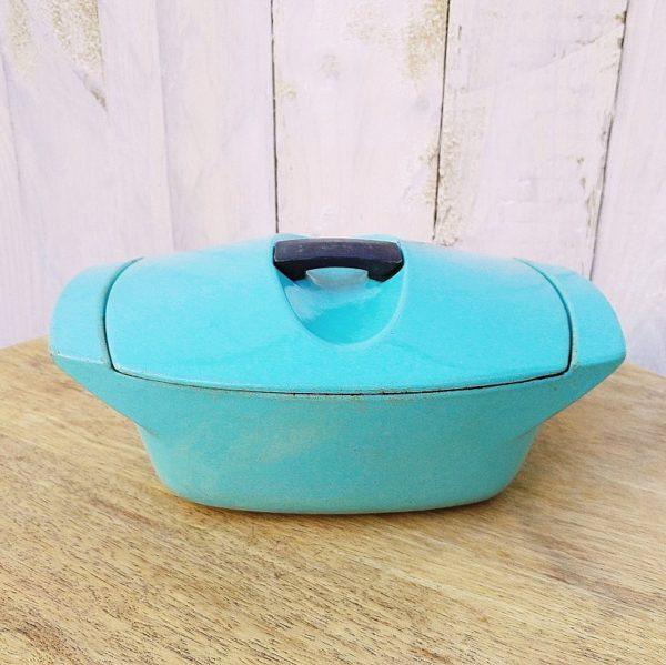 Cocotte en fonte émaillée de couleur turquoise datant des années 50, dessinée par Raymond Loewy pour Le Creuset. Cocotte individuelle de contenance 1 litre