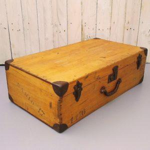 Valise ou mallette en bois blond ciré provenant des Etats-Unis datant des années 60, poignée en métal ainsi que la protection des coins. Fermetures en trois points en métal. Des écritures au pochoir sur le devant et le côté