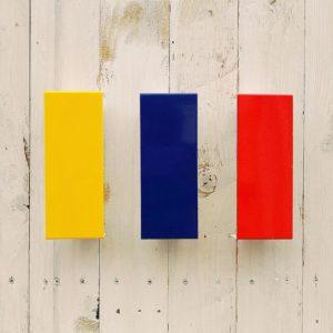 Appliques à volets pivotants en métal plié et laqué jaune, rouge et bleu, de la marque française Amilux datant des années 80 dans le style des créations du groupe de Memphis Milano. Le volet pivotant permet de modifier la diffusion de la lumière. Quelques petites griffures d'usage. Très bon état. Un trio d'appliques aux couleurs pop et au graphisme épuré. Dimensions : 19 x 7,5 x 6,5 cm