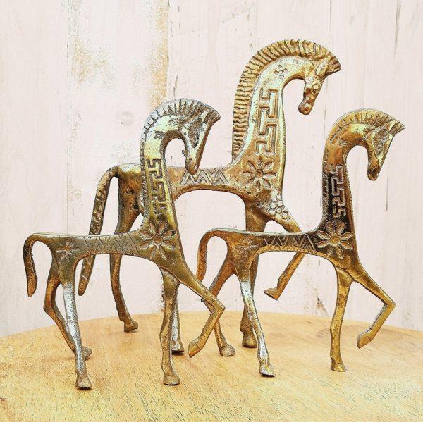 Chevaux en laiton dans le style de la production de la Grèce antique, décorés de fleurs et de motifs géométriques. Un grand et Deux plus petits forment le trio.