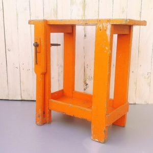 Etabli vintage pour enfant en bois peint de couleur orange, possède son étau de serrage. Entièrement dans son jus (voir photos pour les détails) car il a déjà fait le bonheur de plusieurs enfants. Etau de serrage est un peu grippé mais fonctionne.