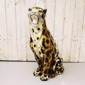 Panthère léopard en céramique peinte datant des années 70-80. Beau travail de peinture lui donnant une expression réaliste. Un éclat sur un croc et petits éclats sur les griffes, quelques manques de peinture et quelques rayures d'usage. Bon état général.