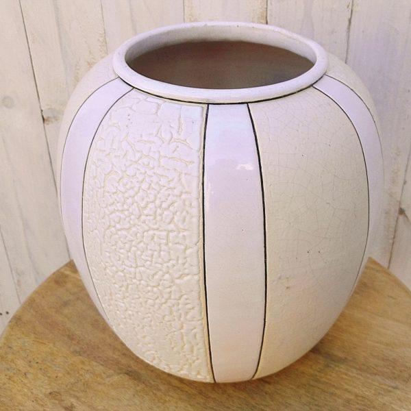 Vase potiche d'époque art déco en céramique à décor de bandes verticales, d'émail craquelé blanc alternant avec des bandes d'émail ivoire allant du chagrin (crispé) au craquelé. Edité par Samara-Montières pour Pomone bon marché