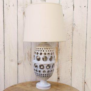 Lampe en céramiqueajourée de couleur gris très pâle, à la forme ananas datant des années 50-60. Electrification d'origine. Quelques infimes égrenures, excellent état. Hauteur : 33 cm (vendue sans abat jour)