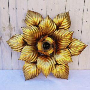 Plafonnier en métal doré à décor de feuilles florentines, édité par la maison Masca Italie. Une douille centrale permettant de réfléchir la lumière sur les feuilles. Très bon état. Dimensions : 41 x 41 cm