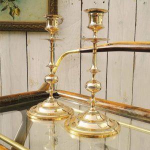 Paire de bougeoirs en bronze annelé, datant de la fin du XIX ème siècle. Petites taches sur le pied, excellent état Hauteur : 23,5 cm