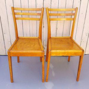 Rare paire de chaises Stella, modèle Antares G, datant des années 50. Structure et assise en bois verni. Quelques griffures d'usage. Très bon état Dimensions : 82 x 40 x 38 cm