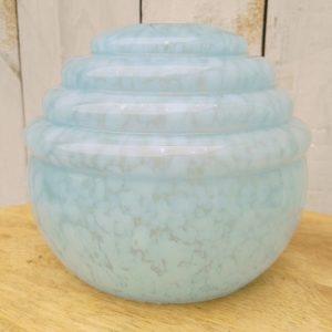 Globe en verre opalin de couleur rose tachetés blanc, modèle Clichy. Petites égrenures au niveau de l'emplacement de la douille et au col. Très bon état. Hauteur : 12 cm