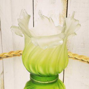 Tulipe en pâte de verre de couleur de vert acidulé, datant des années 20-30, époque art nouveau. Peties égrenures au col, et un petit éclat sur un pétale. Très bon état Hauteur : 12,5 cm