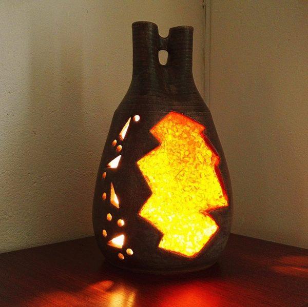 Lampe en céramique ajourée à double cols et incrustation de résine orange, de la poterie d'Accolay. Typique des années 60. Excellent état. Hauteur : 43 cm