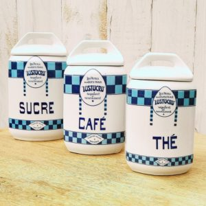 Pots en faience pour la marque Lustucru, comprenant le café, le thé et le sucre. Cartier- Millon Grenoble. Un féle sur le couvercle du pot de thé, un éclat sur la bordure intérieure du pot de café ayant provoqué un féle sur le coté, excellent état pour le pot de sucre . Hauteurs : Sucre : 17,5 cm café : 16 cm Thé : 14 cm