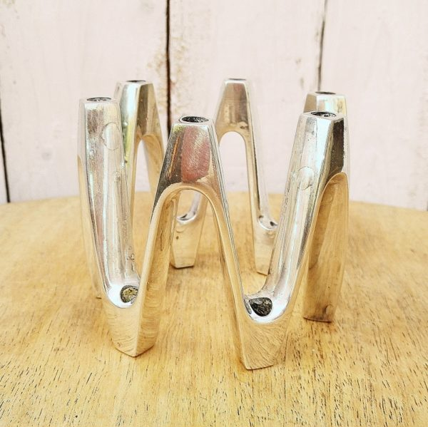 Bougeoir scandinave en métal chromé dessiné parJens Harald Quistgaard , design dannois. Signé Dansk Design Japan JHQ. 12 emplacements de bougies Très bon état Hauteur : 8 cm