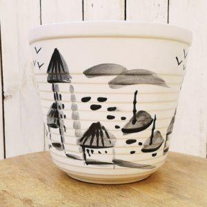 Cache pot en céramique datant des années 50-60, signé Millet Sèvres, à décor de bord de mer. Traces d'usage Bon état général Hauteur : 21 cm Diamètre : 24,5 cm
