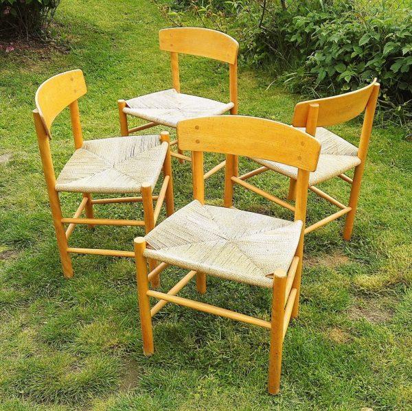 Chaises scandinaves danoises, modèle J39, dessinées par Borge Morgensen en 1947 pour FDB possédant toutes leur étiquette d'origine. Assise cordage en papier tressé, structure en bois massif blond. Patins métalliques sous tous les pieds. Assises décolorées et tachées par endroit, griffures d'usage sur les pieds et usure du verni. Une chaise a des chocs sur les pieds. Dans leur jus.