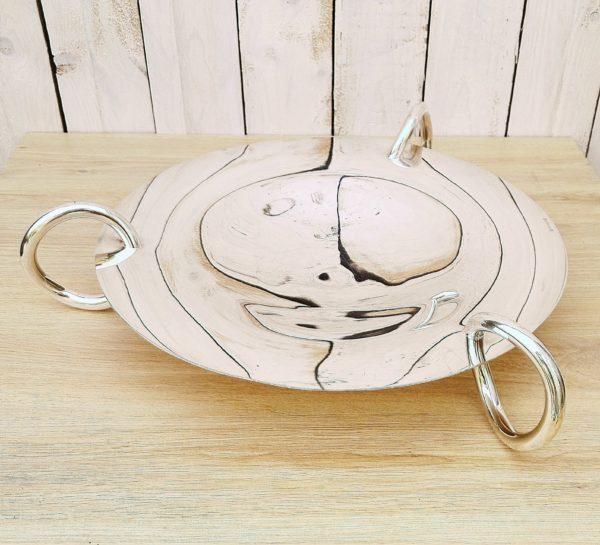 Centre de table en métal argenté, modèle Vertigo, dessiné par Andrée Putman pour la maison Christofle. Modèle très raffiné. Quelques rayures d'usage et une légère déformation sur le rebord. Bon état général Diamètre : 35 cm