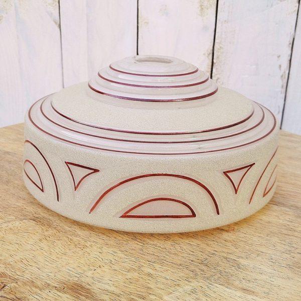 Globe en verre granité à décor géométrique de couleur violine, datant des années 40. Un éclat avec léger fêle au niveau de l'emplacement de la douille. bon état général Hauteur : 9,5 Diamètre : 21 cm