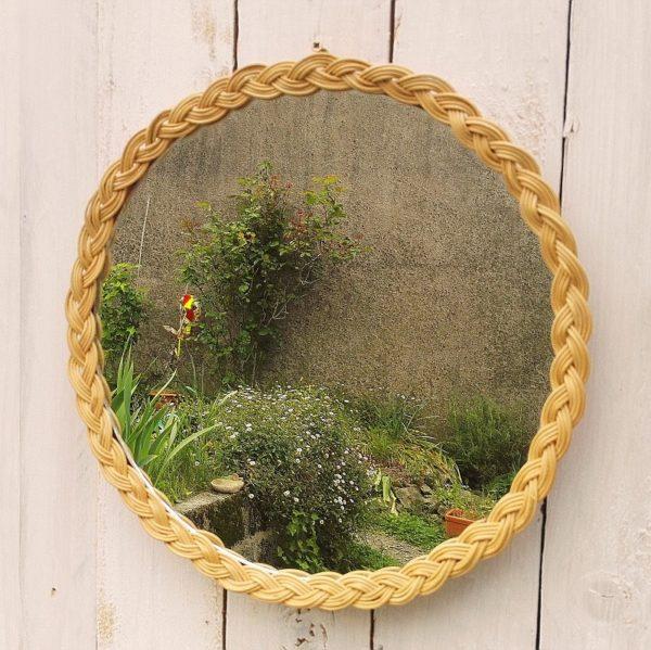 Miroir à contour d'osier tressé pouvant aussi bien servir de plateau. Idéale pour une décoration bohème Très bon état Diamètre : 31 cm