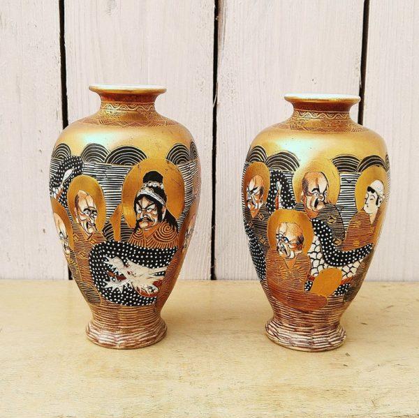 Paire de vase en porcelaine japonaise, Satsuma, à décor de personnages sur fond doré. Points blanc en relief typique des satsuma. Signé sur le dessous. Très bon état. Hauteur : 13,5 cm
