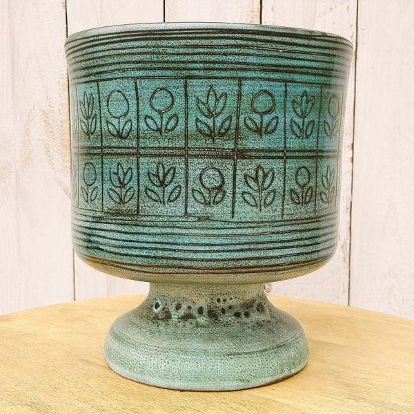 Coupe calice ou cache pot sur pied douche en céramique datant des années 50, par Jean de Lespinasse. A décor en retenue de frise de fleurs, émaillé noir à l'intérieur. Une micro égrenure au col. Excellent état. Hauteur : 20,5 cm Diamètre : 18 cm