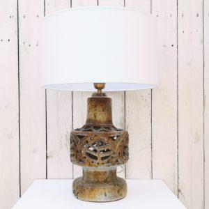 Lampe en céramique ajourée, datant des années 60. A décor de feuilles, signée Jourdan Scala. S'éclaire par le haut et par le pied. Excellent état. Hauteur : 39 cm Circonférence : 18 cm