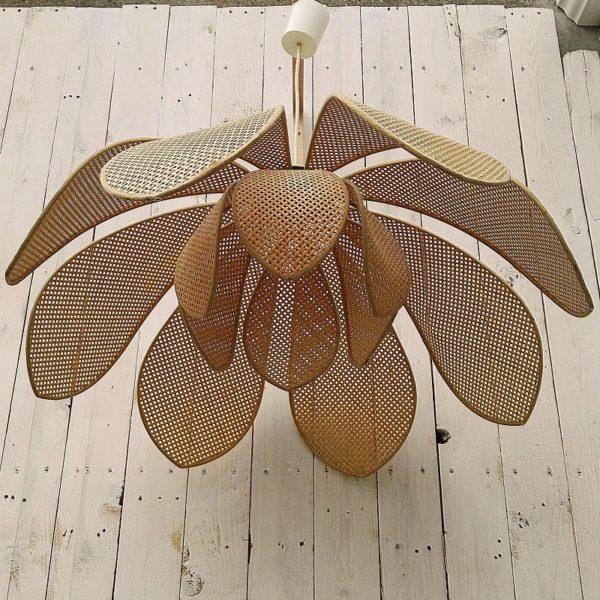 Lustre suspension vintage représentant une fleur de lotus. Deux corolles de pétales superposées en cannage. Petites tâches sur la bordure des pétales, cannage sorti de la bordure sur un pétale. Bon état général. Diamètre : 71 cm