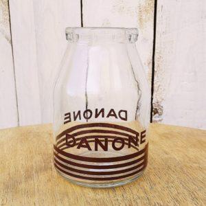 Pot de yaourt ancien, format familial, en verre sérigraphié de la marque Danone, contenance 35 cl. Petites traces ternes à l'intérieur, très bon état général.