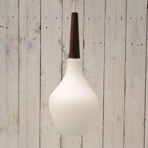 Suspension scandinave en opaline blanche terminée par un embout en teck, faisant penser au travail de Kristianson. Datant des années 60. Très bon état. Hauteur totale avec fil : 70 cm Hauteur globe et embout teck : 40 cm
