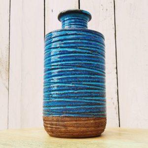 Vase en céramique scandinave, bi-colore, fond en terre cuite et le reste émaillé bleu turquoise. Excellent état Hauteur : 22,5 cm