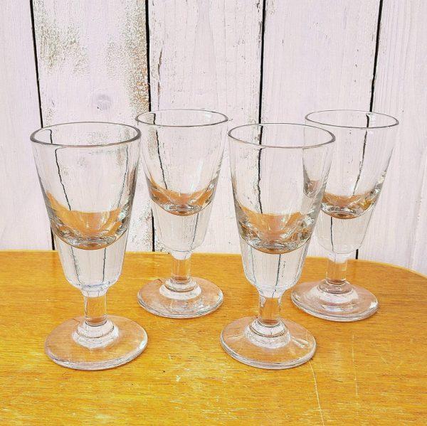 Anciens verres à absinthe en verre épais datant du début du 20ème. Soufflés à la main. De très belle qualité. Excellent état. Hauteur : 14,5 cm Contenance : 12 cl