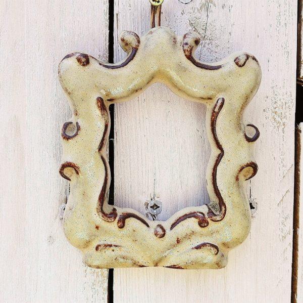 Cadre photo en céramique provenant d'Accolay, signé sur l'arrière. Un point d'accroche à l'arrière et possède son verre. Excellent état. Dimensions : 11,5 x 9,5 cm