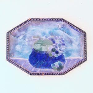Vide poche aux fruitsdans un camaïeu de bleu en céramique datant des années 70. Signé Cloutier. Quatre petits éclats sur le rebord (voir photo). Bon état général. Longueur : 23,5 cm Largeur : 17 cm