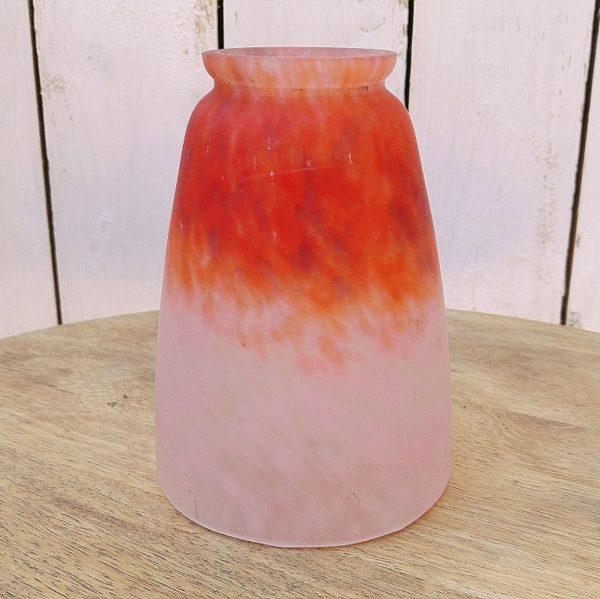 Tulipe en pâte de verre, datant des années 20-30, époque art déco. Signée Schneider. De couleur rose pâle sur la bas et orangée sur le haut. Micros éclats au niveau de l'emplacement de la griffe de suspension. Quelques rayures d'usage. Excellent état. Hauteur : 13,5 cm
