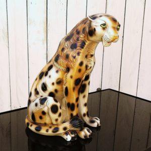 Panthère léopard en plâtre peint datant des années 70-80. Beau travail de peinture lui donnant une expression réaliste. Un éclat sur l'oreille droite et sur la patte arrière gauche, cheville de la patte avant droite a été cassée et recollée. quelques rayures d'usage. Dans son jus. Hauteur : 35,5 cm Largeur : 19 cm Profondeur : 23 cm