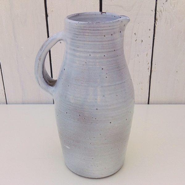 Pichet en céramique, créé par Norbert Pierlot aux ateliers la Hulotte à ratilly. Un petit saut d'émail sur le col. Très bon état. Hauteur : 20,5 cm