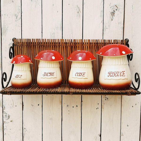 Série de quatre pots à épices en céramique, à la forme de champignons. Se composent du plus petit au plus grand, d'un pot de sel, sucre,café et farine. Des petits fèles à peine visible sur les pots. Chapeaux et très bon état. Très bon état général. Hauteurs avec chapeaux : 14, 16, 17, 19 cm