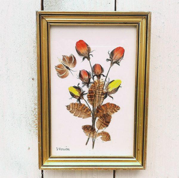 Tableau représentant un bouquet de fleur en plumes, confectionné par une plumassière : S Vessière. Beau travail de réalisation. Idéal dans une décoration bohème romantique. Encadrement doré à liseré noir. Très bon état général. Dimensions : 20 x 13,5 cm