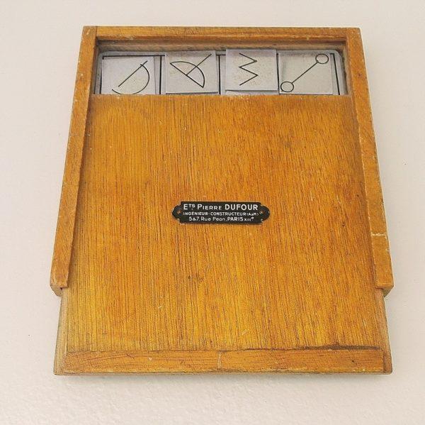 Jeu ancien de mémorisation en métal, servait aux psychologues pour détecter les troubles de la mémoire. Possède sa boite en bois d'origine avec sa plaquette marquée : Ets Pierre Dufour, Ingénieur constructeur, 5 & 7 rue pean, Paris XIIIe. Rayures d'usages sur les plaquettes en métal. Etat d'usage. Dimensions boite :15,5 x 15,5 cm