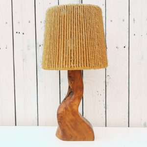 Lampe de forme libre en bois d'olivier datant des années 60. Marquée sur le dessous Richard Lecompte meuble. Electrification d'origine. On distingue bien les aspérités et noeuds du bois. Excellent état Hauteur avec douille : 29,5 cm (vendue sans abat-jour)