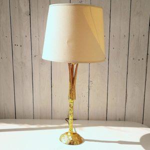 Lampe sculpture en bronze doré à effet martelé, dessinée par Pierre Casenove pour Fondica, datant du XXème siècle. Signée sur la base. Electrification d'origine. Très bon état. Hauteur avec douille : 40 cm (vendue sans abat-jour)