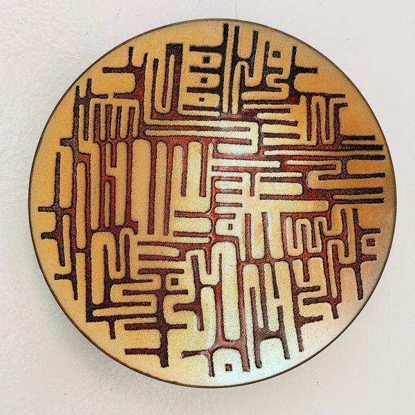 Coupelle ou vide poche en cuivre émaillé, à décor géométrique design. Déssiné par Sylvestre de Pallissé, de couleur bronze sur le fond et dans les tons orangés pour les motifs. Un petit éclat sur le rebord, et une petit craquelure. Très bon état. Diamètre : 15 cm