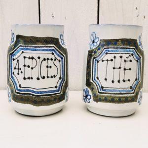 Lot de deux pots en céramique de Vallauris par Roger capron. L'un marqué 4 épices et l'autre thé. Quelques micro égrenures sur le contour du col sans gravité Très bon état. Hauteur : 11 cm Diamètre : 6,5 cm