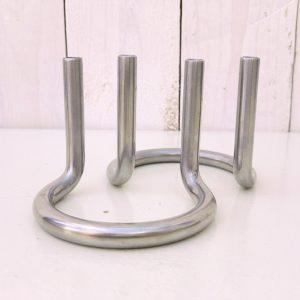 Paire de bougeoirs design modèle Gemini par Peter Karpf pour Lundtofte Danemark. En acier inoxydable poli. De forme élégante en demi cercle et épurée. Bougeoirs très design datant des années 60-70. Quelques traces d'usage sans gravité. Très bon état Hauteur : 7 cm Diamètre : 8 cm
