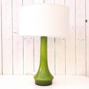 Grand pied de lampe en verre de couleur olive, datant des années 60-70. Electrification d'origine. excellent état Hauteur avec douille : 40 cm (vendue sans abat-jour)