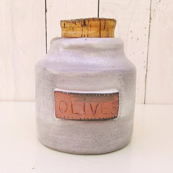 Pot à olives en céramique nuancée rose, datant des années 60, signé Cloutier France, pour Jean et Robert Cloutier. Bouchon en liège d'origine. Excellent état. Hauteur sans bouchon : 13,5 cm Diamètre du fond : 12 cm