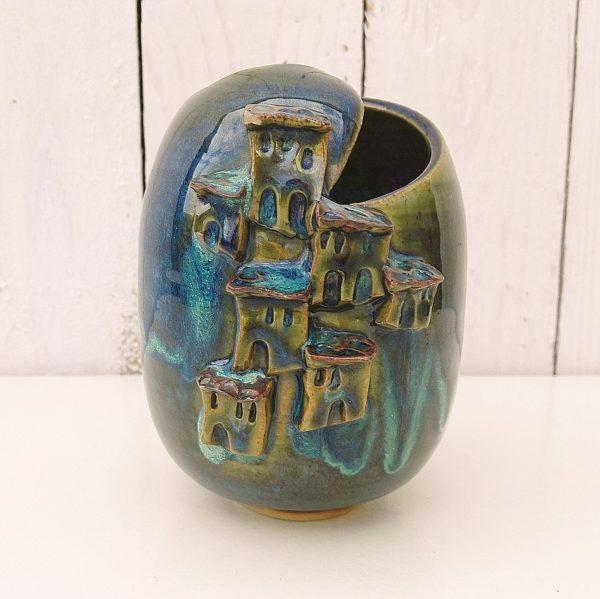 Vase en céramique glacée bleue-verte par Lucette Pillet. Le décor fait penser à un petit village sur le flanc d'une montagne. Excellent état Hauteur : 14 cm