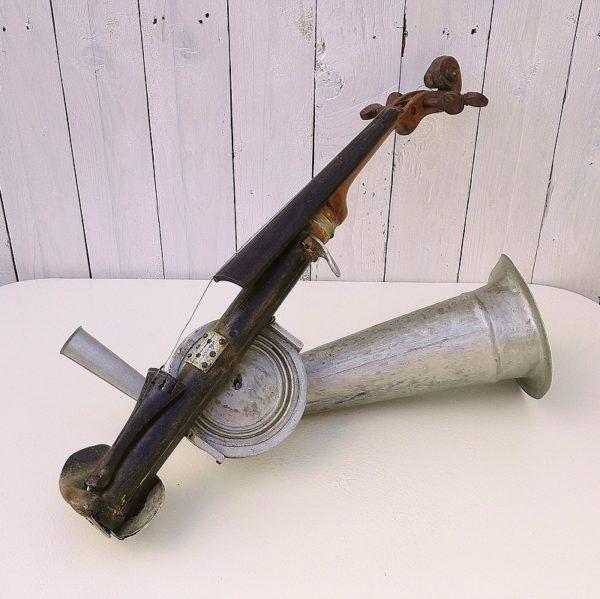 Rare violon à pavillon, instrument à corde frottées que l'on retrouve en Transylvanie dans la région du Bihor. Inventé par Augustus Stroh. Utilisé par les paysans roumains pour les fêtes traditionnelles. Restauration à prévoir, manque les cordes, des enfoncement sur le cornet, quelques pièces à reconsolider. Dans son jus (Je fournirai deux archets qui accompagnaient cet instrument, l'un sans crin, et l'autre avec le crin mais à changer certaiement) Longueur : 62 cm